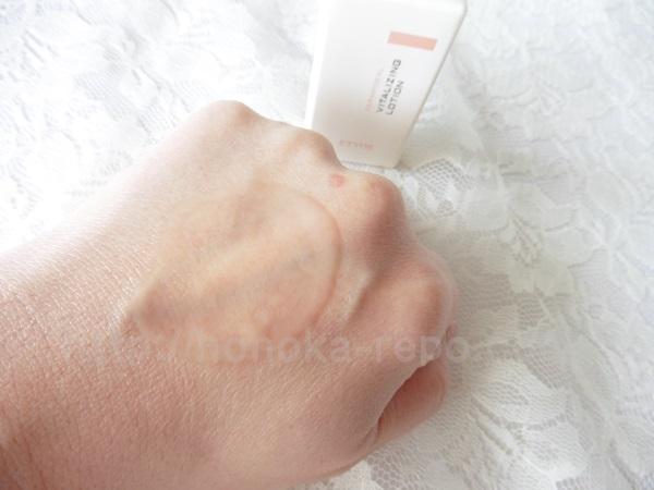 エトヴォス保湿化粧水で肌のキメを整える。