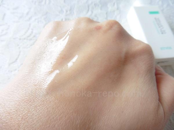 エトヴォスにきびケア用化粧水はこんな感じで肌になじみます。