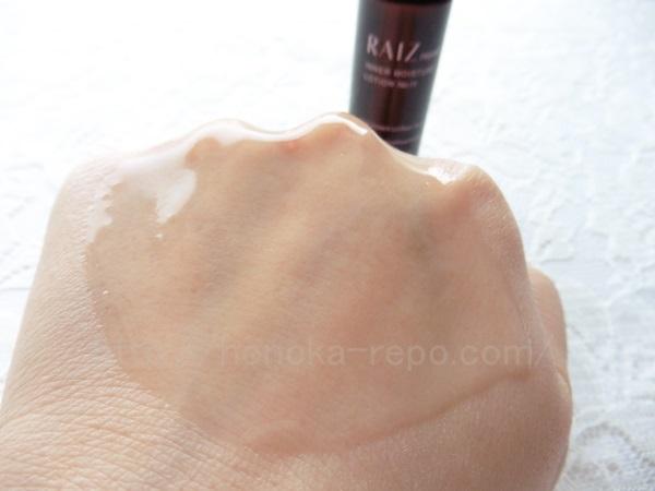 ライースリペアを肌になじませているところ。化粧水というより美容液っぽい感じがします。